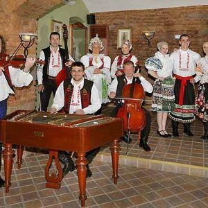 Guided tour of Old Town with folk show