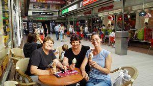 Stadtfuerung in Prag, Freundinnen essen Eis