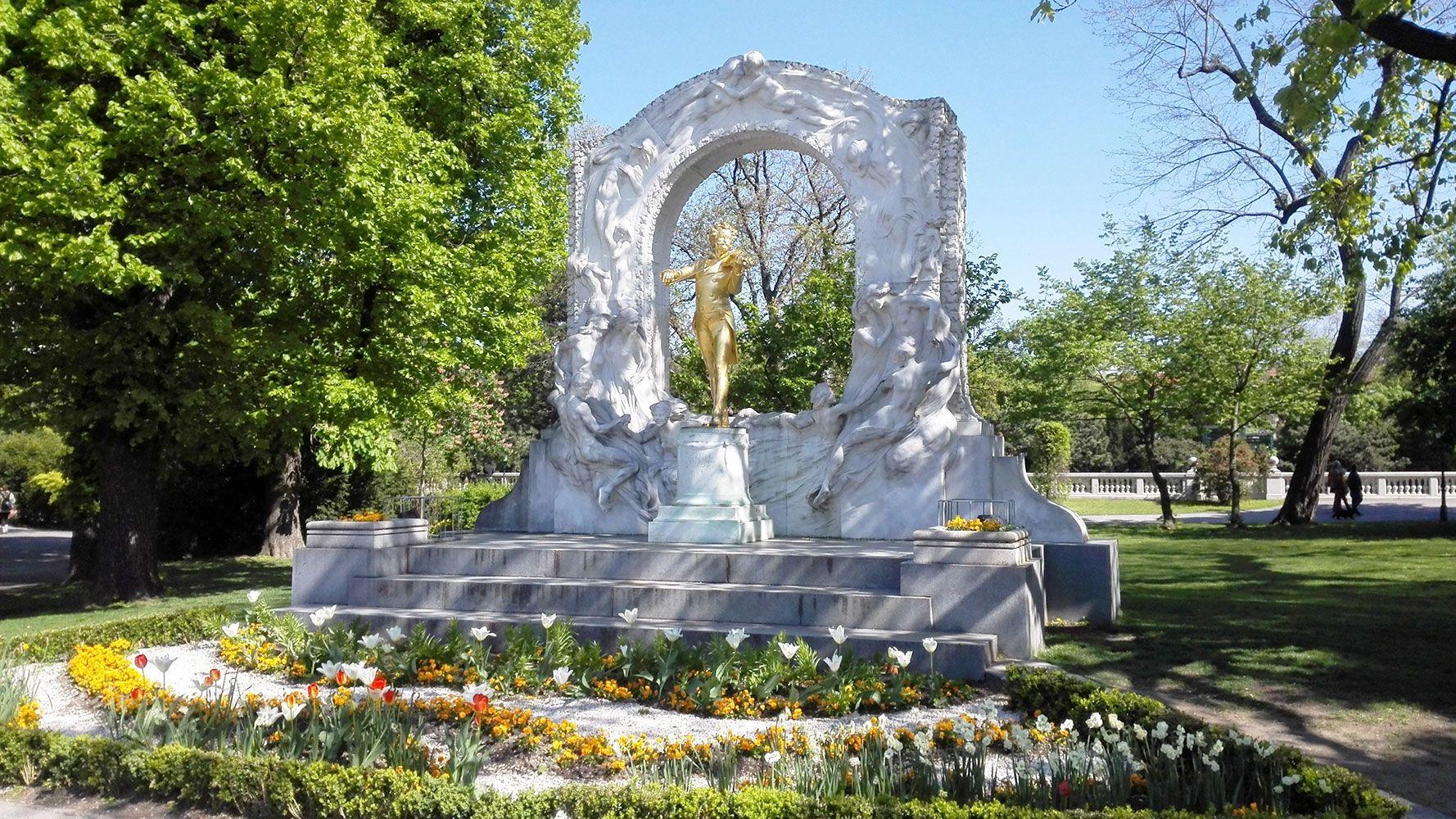 Vienna, Strauss statue - guided tour from Prague with Supreme Prague
